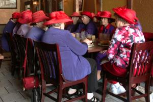 Red Hat society to klub starszych pań, których znakiem rozpoznawczym są fioletowe ubrania oraz niepasujący do wszystkiego czerwony kapelusz. Członkinie 20 tys. am. oddziałów ( + 30 na całym świecie) tego stowarzyszenia spotyka się regularnie w celu towarzyskim, rozrywkowym i rozwojowym zdj. en.wikipedia.org