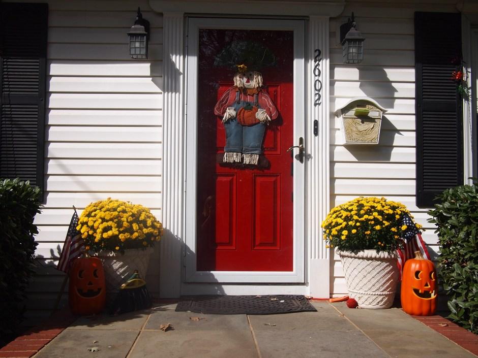 Jak udekorować drzwi po amerykańsku?? Jeżeli chcesz tak jak starsze Panie to tak: ;)