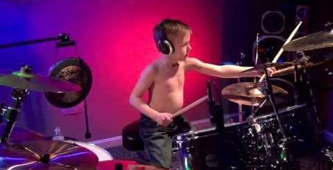 Enfant de 6 ans jouant du Metallica à la batterie