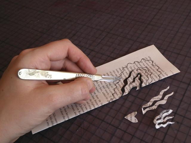 Découpage d'une forme de cœur avec du papier recyclé