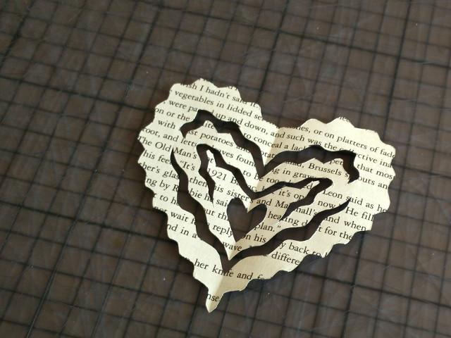 Cœur fabriqué avec une page d'un livre recyclé