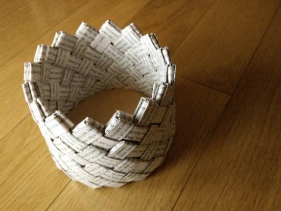 Un panier tissé fabriqué avec un livre recyclé