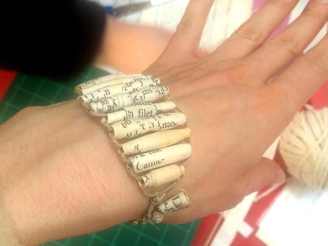 Bracelet avec des perles en papier recyclé