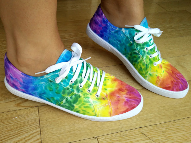 Decorating canvas shoes with sharpies and alcohol