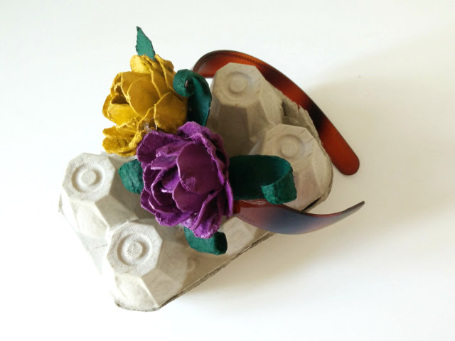 Des roses fabriquées avec des boîtes d'oeufs