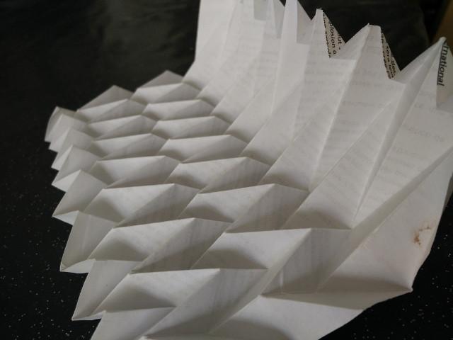 La conception des plis pour la structure de base avec l'aide des prototypes en papier brouillon