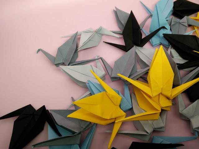Grues en papier coloré