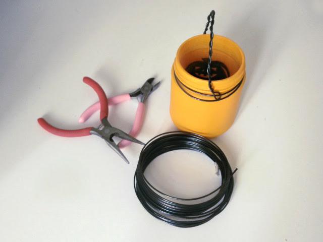 Enroulez encore plus de fil de fer autour du bocal pour l'attacher