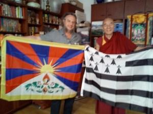 Echange de drapeaux avec Hon. Tubthen Wangchen, représentant du Dalaï Lama en Catalogne, membre du Parlement Tibétain en exil.