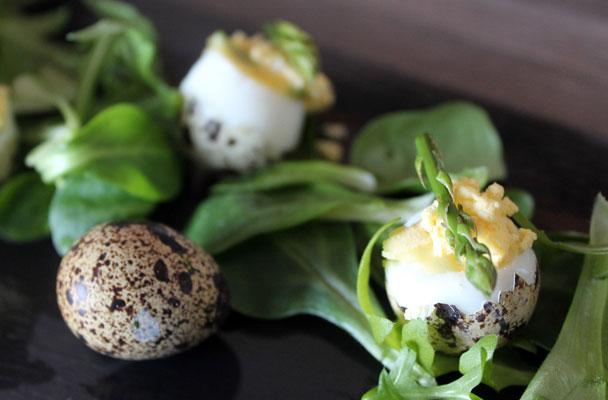 Uova mimosa con insalatina e asparagi