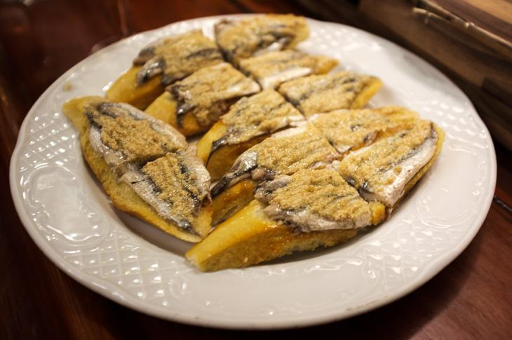 Passagem Gastronômica - Txepetxa - Anchova com Ouriço do Mar - Pintxos Bar em San Sebastian