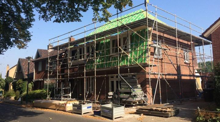 Renovatie woning Beckumerstraat te Boekelo staat in de steigers de groene dakisolatie platen zijn aangebracht