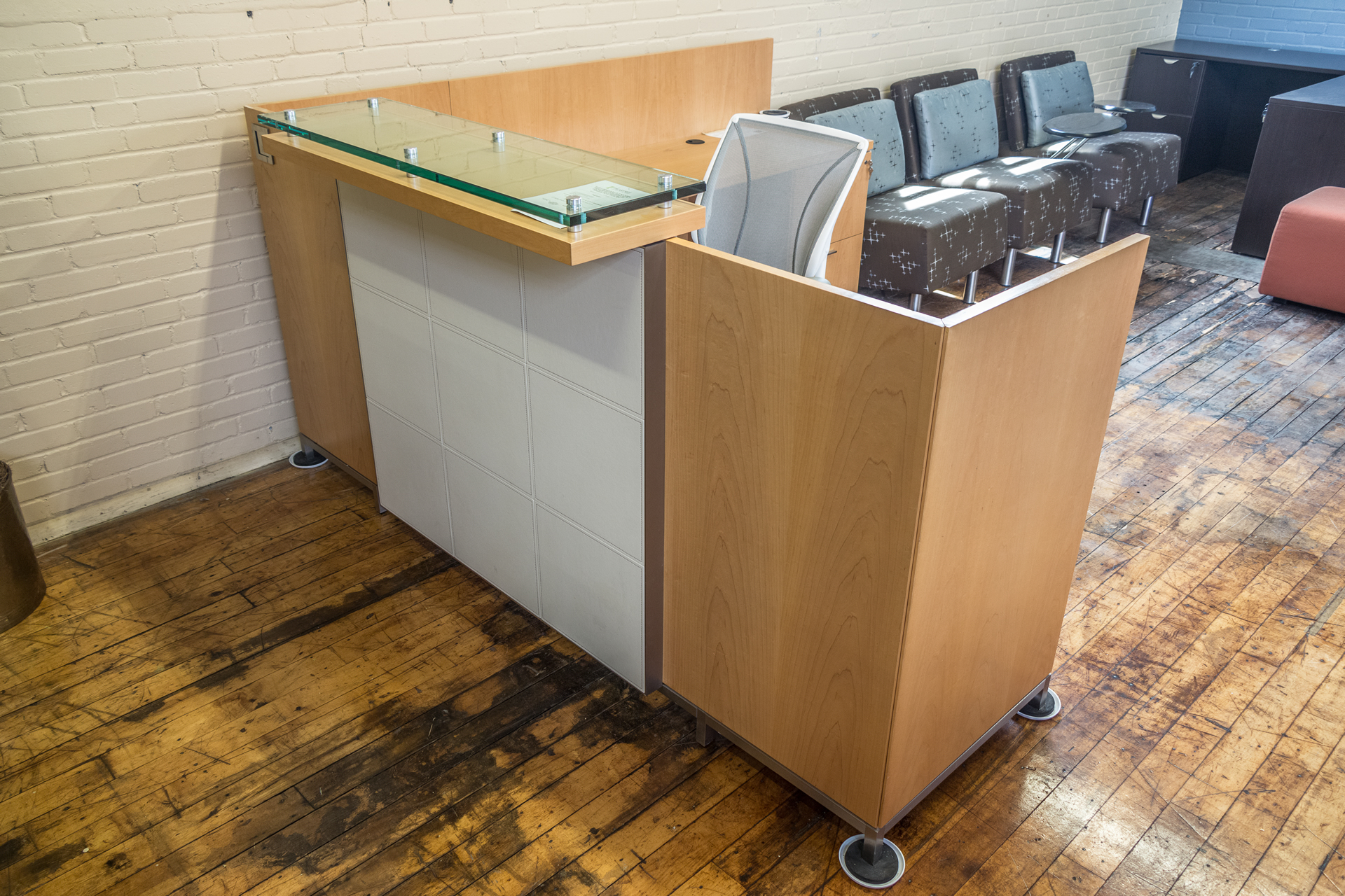 Tuohy Geneva 8.5′ x 7′ Natural Maple Reception Desks with Leather Features & Glass Transaction Counter