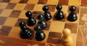 9517298-pezzi-degli-scacchi-bianco-e-nero-che-rappresenta-una-scena-di-razzismo