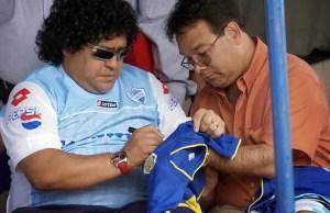 maradona_firma_camiseta