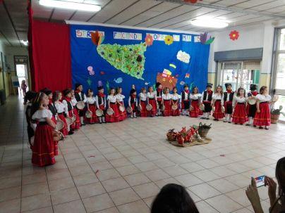 I bambini della scuola dell'infanzia in costume per la manifestazione di fine anno