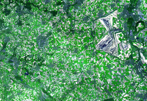 Strange and Beautiful Crop Patterns Photographed From Space crop6 mini