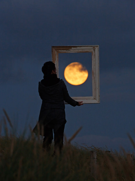 Magical Photos of a Person Playing with the Moon moon1 mini