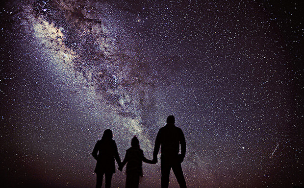 Awe Inspiring Family Portrait Features the Milky Way as the Backdrop familyportrait mini
