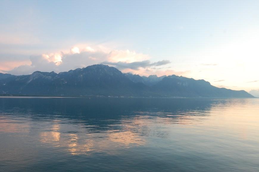 Die Berge und der See: Wie ein Hodler-Bild (Bild: Peter Walt).