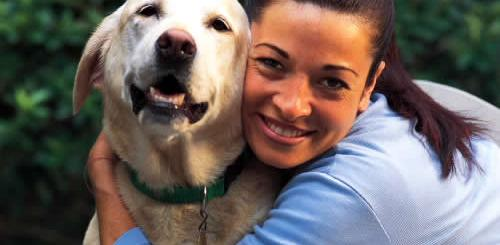 mulher-abracando-cachorro-labrador-petrede