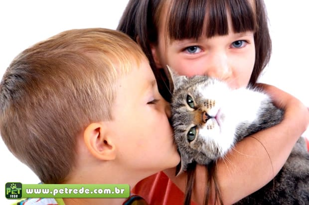 menino-beijando-gato-petrede