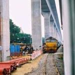 Anstelle von Bangkoks Stonehenge entstand 2007 entlang und über der Bahnstrecke von Hua Lamphong nach Hua Takhe (Lat Krabang) der Flughafenzubringer (‹Airport Link›) nach Suwannaphum