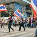 In Thailand marschieren derzeit viele hinter Fahnen her, als ob es gegen einen Feind von außen ginge. Die Richtung, in die es geht, scheint den Beteiligten ebenso unklar zu sein. (Bild: ช้าง เบามันน์)