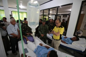 President Benigno S. Aquino III visits the wounded soldiers presently confined at Camp Navarro General Hospital in Western Mindanao Command on Wednesday (April 13, 2016). (Photo by Benhur Arcayan / Malacañang Photo Bureau)
