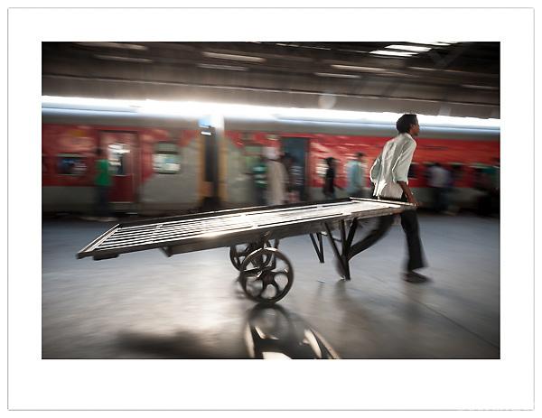 Porter, New Delhi Railway Station, India (Ian Mylam/© Ian Mylam (www.ianmylam.com))