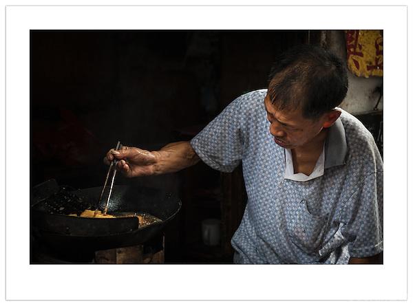 A street vendor prepares food in a wok, Xitang, Zhejiang, China (Ian Mylam/© Ian Mylam (www.ianmylam.com))