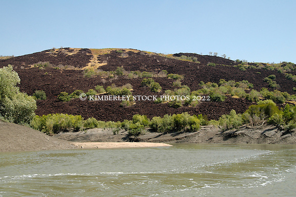 Black dolorite intrusions in Secure Bay (Annabelle Sandes/© Annabelle Sandes | Kimberley Media 2010)
