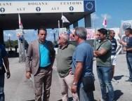 Giovanni Nucera insieme ai lavoratori e alle lavoratrici del porto di Gioia Tauro