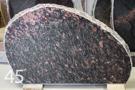 Kapu piemineklis no sarkanbrūna laukakmens