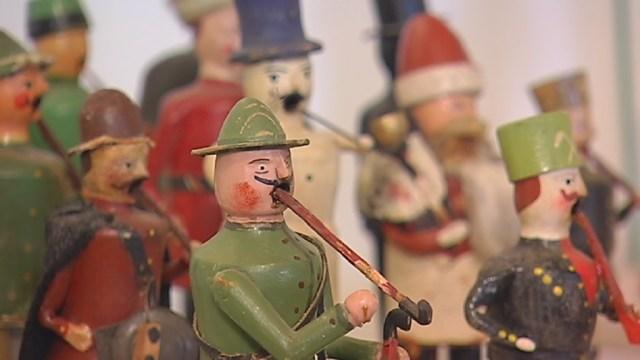 """Die neue Ausstellung """"Reise zu den Männelmachern – Frühe Weihnachts- und Spielzeugfiguren aus dem Erzgebirge"""" […]"""