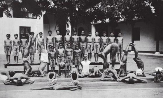 Ecole de Yoga de Krishnamacharya,ici debout sur le ventre d'un étudiant!