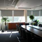 Sala de reuniones equipada con cortinas roller black out