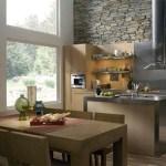 Cocina comedor con pared revestida en piedra