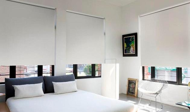 Dormitorio decorado en blanco con cortinas black out