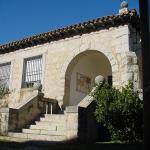 Fachada de piedra con arco y escalera