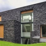 Casa de tres pisos con fachada de piedra