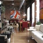 Pequeño loft decorado con obras de arte