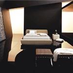 Dormitorio minimalista con tonos naturales