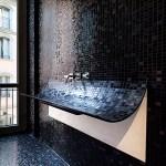 Moderno baño lujoso con mosaicos negros brillantes