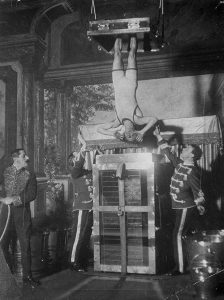 houdini_performing_water_torture_cell