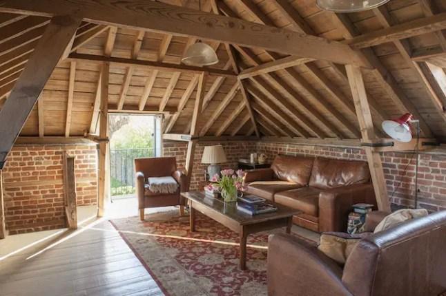 Ceglana ściana na strychu – ciekawa aranżacja poddasza
