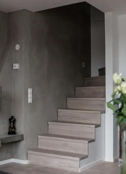 schody ze szarą ścianą