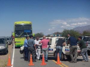 La policía impide el paso a Pituil durante la permanencia del gobernador en el pueblo. (Foto: Gentileza Iván Olmedo)