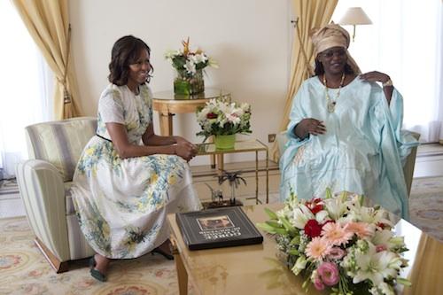 Michelle Obama escogió un floreado vestido de Jason Wu para reunirse con la primera dama de Senegal, Marieme Faye.