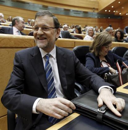 Mientras Rajoy cita y cita, su pelo recitaba Grecian 2000. El presidente siempre comete el mismo error: teñirse el día antes de una fecha importante. Otro de sus permanentes fallos estilísticos es la inevitable corbata torcida.